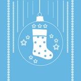 Γυναικείες κάλτσες Χριστουγέννων σε μια σφαίρα Χριστουγέννων Στοκ Φωτογραφίες
