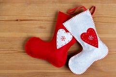 Γυναικείες κάλτσες Χριστουγέννων στην ξύλινη ανασκόπηση. Στοκ φωτογραφία με δικαίωμα ελεύθερης χρήσης