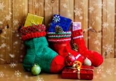 Γυναικείες κάλτσες Χριστουγέννων στο ξύλινο υπόβαθρο Στοκ Εικόνα