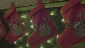 Γυναικείες κάλτσες που κρεμούν σε μια εστία στη Παραμονή Χριστουγέννων απόθεμα βίντεο