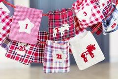 Γυναικείες κάλτσες Χριστουγέννων για τα δώρα - κλείστε επάνω Στοκ Εικόνες