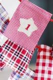 Γυναικείες κάλτσες Χριστουγέννων για τα δώρα που κρεμούν στο κόκκινο σχοινί - κλείστε επάνω Στοκ εικόνες με δικαίωμα ελεύθερης χρήσης