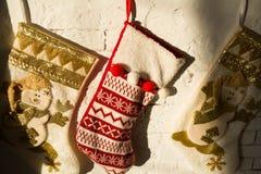 Γυναικείες κάλτσες Χριστουγέννων σε ένα υπόβαθρο Στοκ Εικόνες
