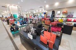 Γυναικείες τσάντες για την πώληση σε Suria KLCC, Μαλαισία Στοκ Φωτογραφία