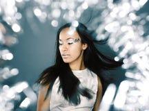 Γυναικείοι παφλασμοί πάγου ομορφιάς πορτρέτου μόδας του φωτός στο στούντιο, χρώμιο στοκ εικόνες
