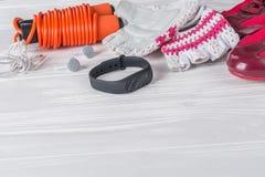 Γυναικείος αθλητισμός που τίθεται σε ένα άσπρο ξύλινο υπόβαθρο με ένα σχοινί για το άλμα Στοκ Εικόνα