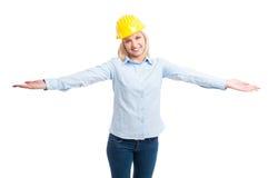 Γυναικείος αρχιτέκτονας που φορά την τοποθέτηση κρανών προστασίας με τις αγκάλες ανοικτές Στοκ φωτογραφία με δικαίωμα ελεύθερης χρήσης