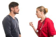 Γυναικείος γιατρός που δίνει την εξήγηση στον αρσενικό ασθενή Στοκ φωτογραφία με δικαίωμα ελεύθερης χρήσης