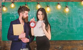 Γυναικείος δάσκαλος και ακριβής schoolmaster προσοχή για την πειθαρχία και κανόνες στο σχολείο Άτομο με το βιβλίο λαβής γενειάδων στοκ φωτογραφία