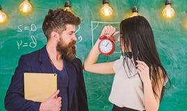 Γυναικείος δάσκαλος και ακριβής schoolmaster προσοχή για την πειθαρχία και κανόνες στο σχολείο Το σχολείο κυβερνά την έννοια άτομ στοκ εικόνα με δικαίωμα ελεύθερης χρήσης
