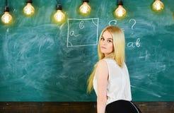 Γυναικείος προκλητικός δάσκαλος που ξανακοιτάζει εξηγώντας τον τύπο Προκλητική έννοια δασκάλων Δάσκαλος των μαθηματικών που γράφε Στοκ εικόνα με δικαίωμα ελεύθερης χρήσης