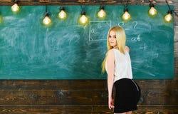 Γυναικείος προκλητικός δάσκαλος στην κοντή φούστα που ξανακοιτάζει εξηγώντας τον τύπο Προκλητική έννοια δασκάλων Δάσκαλος των μαθ Στοκ εικόνα με δικαίωμα ελεύθερης χρήσης