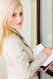Γυναικείος προϊστάμενος με μια μάνδρα και τα βιβλία Στοκ φωτογραφία με δικαίωμα ελεύθερης χρήσης
