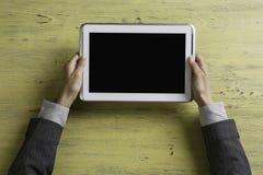 Γυναικείος προϊστάμενος που χρησιμοποιεί τη συσκευή ταμπλετών Στοκ εικόνες με δικαίωμα ελεύθερης χρήσης