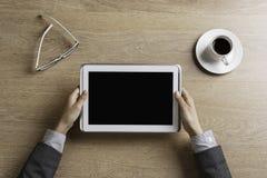 Γυναικείος προϊστάμενος που χρησιμοποιεί τη συσκευή ταμπλετών Στοκ εικόνα με δικαίωμα ελεύθερης χρήσης