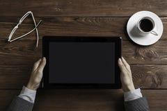Γυναικείος προϊστάμενος που χρησιμοποιεί τη συσκευή ταμπλετών Στοκ φωτογραφία με δικαίωμα ελεύθερης χρήσης