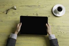 Γυναικείος προϊστάμενος που χρησιμοποιεί τη συσκευή ταμπλετών Στοκ Φωτογραφίες