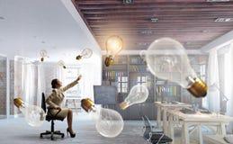 Γυναικείος προϊστάμενος στην καρέκλα γραφείων Μικτά μέσα Στοκ φωτογραφίες με δικαίωμα ελεύθερης χρήσης