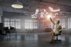 Γυναικείος προϊστάμενος στην καρέκλα γραφείων Μικτά μέσα Στοκ Φωτογραφία