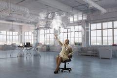 Γυναικείος προϊστάμενος στην καρέκλα γραφείων Μικτά μέσα Στοκ φωτογραφία με δικαίωμα ελεύθερης χρήσης