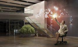 Γυναικείος προϊστάμενος στην καρέκλα γραφείων Μικτά μέσα Στοκ Φωτογραφίες