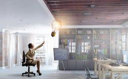 Γυναικείος προϊστάμενος στην καρέκλα γραφείων Μικτά μέσα Στοκ Εικόνες