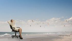 Γυναικείος προϊστάμενος στην καρέκλα γραφείων Μικτά μέσα Στοκ εικόνες με δικαίωμα ελεύθερης χρήσης