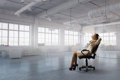 Γυναικείος προϊστάμενος στην καρέκλα γραφείων Μικτά μέσα Στοκ εικόνα με δικαίωμα ελεύθερης χρήσης
