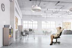Γυναικείος προϊστάμενος στην καρέκλα γραφείων Μικτά μέσα Στοκ Εικόνα
