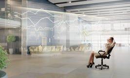 Γυναικείος προϊστάμενος στην καρέκλα γραφείων Στοκ φωτογραφία με δικαίωμα ελεύθερης χρήσης