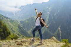 Γυναικείος τουρίστας με το σακίδιο πλάτης Στοκ φωτογραφίες με δικαίωμα ελεύθερης χρήσης
