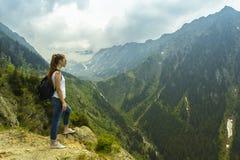 Γυναικείος τουρίστας με το σακίδιο πλάτης Στοκ Εικόνες