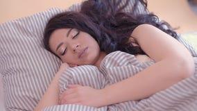 Γυναικείο ενοχλητικό όνειρο ύπνου ανησυχίας πρωινού απόθεμα βίντεο