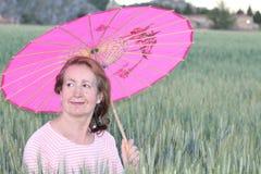 Γυναικείο κρύψιμο από τον ήλιο με την ομπρέλα Στοκ Εικόνες