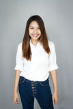 Γυναικείο μίνι χαμόγελο της Ασίας Potrait στο περιστασιακά άσπρα πουκάμισο και το blu ακολουθίας Στοκ φωτογραφία με δικαίωμα ελεύθερης χρήσης