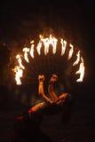 Γυναικείο παιχνίδι με τη φωτιά στοκ εικόνες