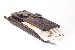 Γυναικείο πορτοφόλι με τα μετρητά Στοκ εικόνες με δικαίωμα ελεύθερης χρήσης