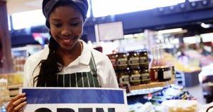 Γυναικείο προσωπικό που κρατά την ανοικτή πινακίδα στο οργανικό τμήμα απόθεμα βίντεο