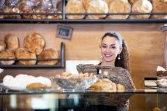 Γυναικείο προσωπικό που πωλεί τη φρέσκα ζύμη και τα baguettes στοκ εικόνες με δικαίωμα ελεύθερης χρήσης