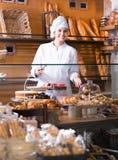 Γυναικείο προσωπικό στο τοπικό αρτοποιείο στοκ εικόνες με δικαίωμα ελεύθερης χρήσης