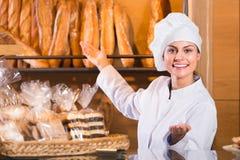 Γυναικείο προσωπικό στο τοπικό αρτοποιείο Στοκ Φωτογραφία