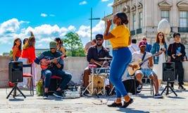 Γυναικείο τραγούδι prace de comercio με τους συμπαίκτες της που διασκεδάζουν όλη την όχθη ποταμού tejo επίσκεψης τουριστών στοκ φωτογραφίες