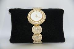 Γυναικείο χρυσό ρολόι με τα διαμάντια Στοκ Εικόνα