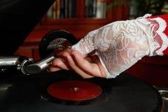 Γυναικείο playng παλαιό gramophone αρχείο Στοκ φωτογραφία με δικαίωμα ελεύθερης χρήσης