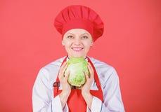 ( Γυναικών επαγγελματικό αρχιμαγείρων λαχανικό λάχανων λαβής ολόκληρο Υγιές χορτοφάγο συστατικό συνταγής : στοκ εικόνες