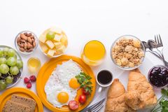 Γυναικών μαγειρεύοντας συστατικά προγευμάτων προγευμάτων υγιή, πλαίσιο τροφίμων Granola, αυγό, ημερομηνίες, καρύδια, φρούτα, μαρμ στοκ εικόνες