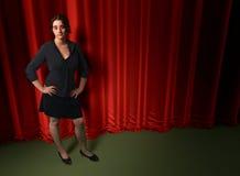 Γυναικών μαύρη φορεμάτων σκηνή σκηνικού κουρτινών συναυλίας κόκκινη Στοκ Εικόνες