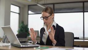 Γυναικών στο γραφείο γραφείων, που μειώνει την πίεση εργασίας και την ενόχληση, χαλάρωση απόθεμα βίντεο