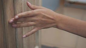 Γυναικών χεριών ανοικτός συρταριών στενός επάνω επίπλων λουτρών νέος απόθεμα βίντεο