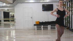 Γυναικών χορευτών στο δωμάτιο στούντιο χορού κίνηση αργή φιλμ μικρού μήκους